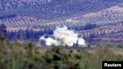 khói bốc lên trong một vùng thôn quê của Thổ Nhĩ Kỳ gần biên giới Syria sau khi quả đạn súng cối xuất phát từ Syria rơi xuống, 8/10/12