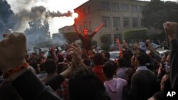 Mahasiswa di Universitas Kairo, Mesir hari Minggu (30/11) memrotes keputusan pengadilan yang menyatakan mantan Presiden Hosni Mubarak tidak bersalah atas penumpasan demonstrasi tahun 2011.