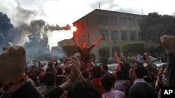 Sinh viên ở trường Đại học Cairo biểu tình lên án việc tha bổng cựu Tổng thống Hosni Mubarak trước các cáo buộc về vụ giết người biểu tình chống chính phủ vào năm 2011, Ai Cập, ngày 30/11/2014.