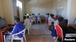 Warga menggunakan komputer di sebuah internet cafe di Mogadishu, Somalia (foto: ilustrasi).
