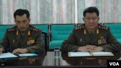 23일 북한 평양에서 미군 예비역 해군 중령 토머스 허드너 씨와의 회의에 참석한 북한군 장교들. 이들은 미국 국방부와 공동으로 한국전쟁에서 전사한 미군 유해 발굴 작업을 재개하고 싶다는 입장을 밝혔다.