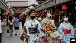 日本東京一條購物街上身穿傳統和服的日本姑娘。 (2021年8月13日)