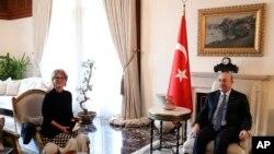 Anketè L ONU Agnes Callamard (agoch) kap rankontre ak Minis afè etranjè Tirki a,Mevlut Cavusoglu nan Ankara, Tirki. 28 janvye 2019.