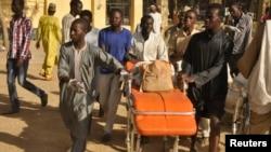 人们把清真寺爆炸受害者的残骸送往医院