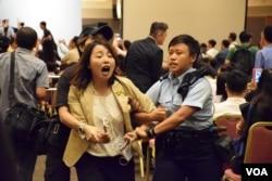 參選九龍西地區直選的劉小麗在簡介會場內抗議被保安及警員帶走。(美國之音湯惠芸攝)