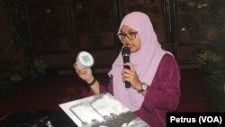 Rahma Sofiana Media Officer Greenpeace Indonesia menunjukkan alat deteksi polutan terkait bahaya polusi PLTU batu bara (Foto: VOA/Petrus Riski).