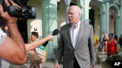 Pemimpin delegasi AS Senator Patrick Leahy berbicara dengan wartawan ketika meninggalkan Hotel Saratoga, di Havana, Kuba, Sabtu, 17 Januari 2015. Leahy mengepalai kunjungan delegasi Kongres AS pertama ke Kuba sejak Presiden Barack Obama memulihkan hubungan diplomatik di bulan Desember. (AP Photo/Desmond Boylan)