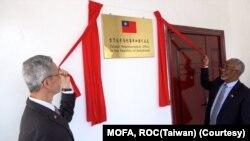 台灣駐索馬利蘭共和國代表羅震華(左)及索馬利蘭共和國外交暨國際合作部部長穆雅辛共同為台灣駐索代表處揭牌 。 (圖片:台灣外交部)
