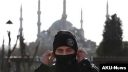 一名在伊斯坦布尔老城保护爆炸现场的土耳其警察 (2016年1月12日)