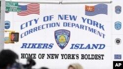 Des journalistes devant la prison de Rikers Island, où est détenu Dominique Strauss-Kahn