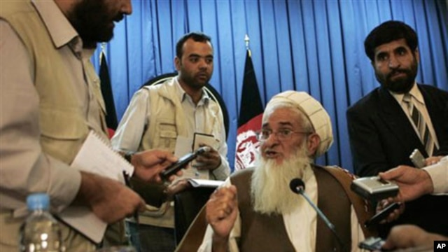 Qiyamuddin Kashaaf, spokesman for the High Peace Council, speaks to reporters after a press conference in Kabul, Afghanistan, 21 Oct 2010