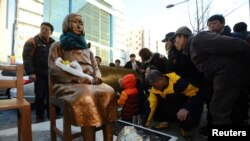 日本駐釜山領事館前的慰安婦塑像