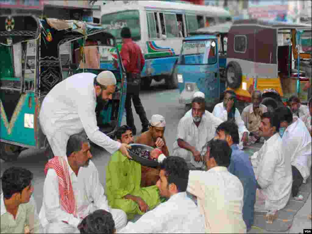 کئی مخیر افراد کراچی کی سڑکوں پر روزہ افطاری کا اہتمام کرتے ہیں