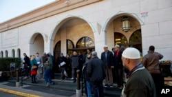 Foto yang diambil 4 Desember 2015 ini menggambarkan orang-orang tiba untuk sholat Jumat di Masjid Dar al-Hijrah di Falls Church, Va. (Foto: AP/Jacquelyn Martin)