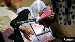 Mẹ của một tù nhân Palestine cầm bức ảnh của người con trai có thể được phóng thích