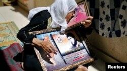 一母亲听到释放消息后在加沙城亲吻在押儿子的照片