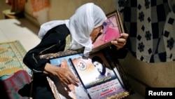 La madre de un palestino que está preso desde hace 22 años, expresa su esperanza por la liberación, en la Franja de Gaza.