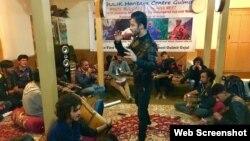 وخی زبان اور گیتوں کا ایک ماہر پرفارم کر رہا ہے۔