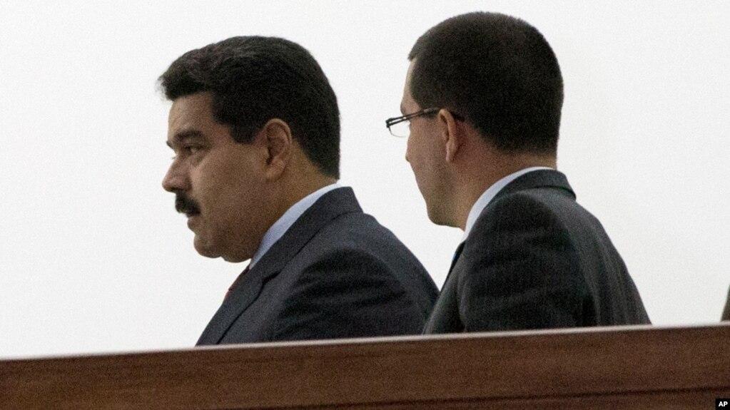 El presidente de Venezuela, Nicolás Maduro (izquierda) condecoró al canciller Jorge Arreaza por su desempeño en la OEA.