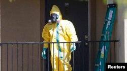 Seorang petugas dalam pakaian khusus menyeliki apartemen di Texas dimana Thomas Duncan yang didiagnosa menderita Ebola sempat tinggal. (3/10/2014).