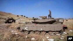 6일 시리아 정부군이 골란고원을 재탈환한 가운데, 시리아 이스라엘 접경 인근에서 경계 중인 이스라엘 병력.