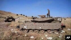 Seorang tentara Israel di atas tanknya di dekat Quneitra di Dataran Tinggi Golan, dekat perbatasan dengan Suriah (foto: dok). Konflik Suriah mendekat ke Israel setelah terjadi pertempuran di Golan, Kamis (6/6).