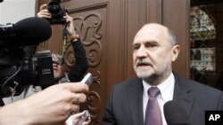 Kepala delegasi Badan Energi Atom Internasional (IAEA), Hermann Nackaerts memberikan keterangan kepada pers di Wina (14/5).