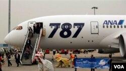 Pertunjukan barongsai menyambut kedatangan para penumpang Boeing 787 Dreamliner di Bandara Internasional Hong Kong, Rabu (26/10).