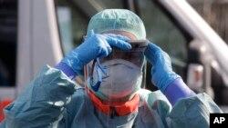Medicinsko osoblje nadomak bolnice u Breši (Foto: AP)