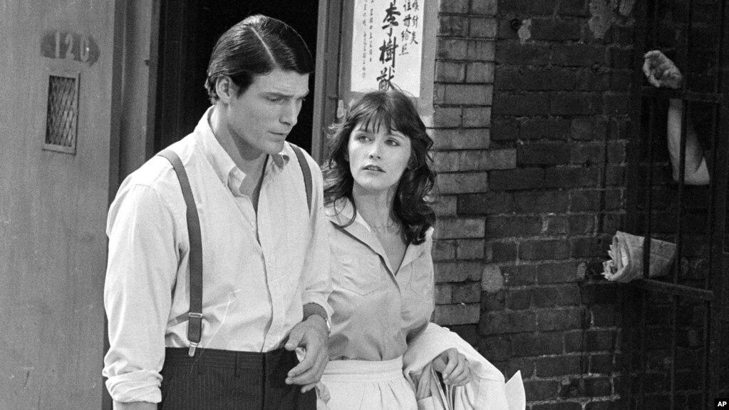 """Archivo - Christopher Reeve, izq., y Margot Kidder durante la filmación de """"Superman"""" en el """"Lowry"""" (Lower East Side) de Nueva York, el 8 de julio de 1977."""