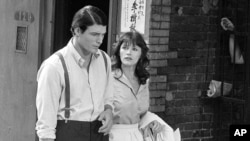 "Christopher Reeve (kiri) dan Margot Kidder tampak dalam pembuatan film ""Superman"" di Lower East Side, New York, 8 Juli 1977."