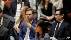 美國常駐聯合國代表妮基·黑利大使表決支持通過制裁北韓的安理會決議。 (2017年12月22日)