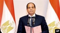 အီဂ်စ္ ဗိုလ္ခ်ဳပ္ေဟာင္း၊ Abdel-Fattah el-Sissi သမၼတရာထူးအတြက္ က်န္းသစၥာ က်ိန္ဆိုစဥ္။ (ဂၽြန္ ၈၊ ၂၀၁၄)