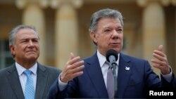 후안 마누엘 산토스 콜롬비아 대통령(오른쪽)이 지난달 28일 보고타시에서 프란치스코 로마 가톨릭 교황의 방문기간에 사용할 전용차를 소개하며 연설하고 있다.