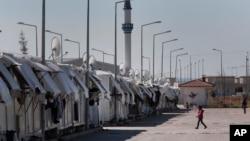 2016年3月17日叙利亚难民在为他们设置的难民营附近走动。