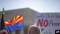 一名來自維吉尼亞州的示威者﹐就亞歷桑那州移民法規的辯論﹐4月25日參加在首都華盛頓最高法院外的示威活動。
