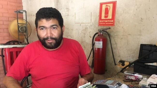 Jesús González, encargado del restaurante Las Palmas de Maracaibo, Venezuela, dice que la venta en dólares de su comida frita es muy frecuente.
