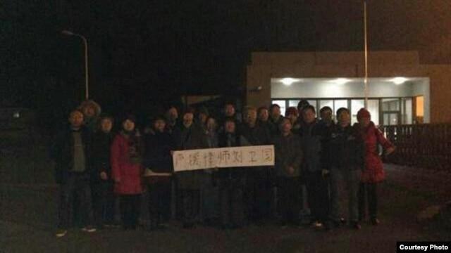 声援者在常熟看守所外面抗议。  (刘卫国推特图片)