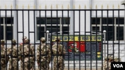 Pasukan Tiongkok siaga di ibukota Tibet, Lhasa. Majalah Eastern Snow Mountain yang dilarang melaporkan kerusuhan di Lhasa tahun 2008.
