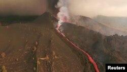 Potongan gambar dari rekaman video yang diambil dengan menggunakan Drone menunjukkan aliran lava keluar dari Gunung Berapi di Taman Nasional di Cumbre Vieja, Kepulauan La Palma, Spanyol pada 26 September 2021. (Foto: Reuters TV via Reuters)