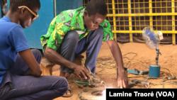 L'inventeur dans son atelier à Ouagadougou, le 21 avril 2020 (VOA/Lamine Traoré)