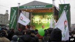 """反對派亞博魯集團12月17日抗議集會講台上的主要口號是""""俄羅斯要求變革"""""""