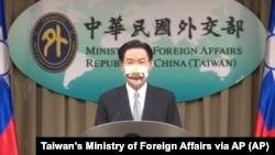 台湾外长吴钊燮在台北举行的记者会上宣布台湾与立陶宛将互设代表处。(2021年7月20日)