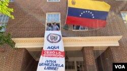 """El equipo de Carlos Vecchio, embajador del gobierno interino de Venezuela en Washington, colocó una pancarta que señala: """"Aquí cesó la usurpación""""."""