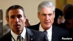 Công tố viên đặc biệt Robert Mueller (phải) sau phiên điều trần tại Thượng viện về việc Nga can thiệp vào cuộc bầu cử TT Mỹ, ngày 21/6/2017.