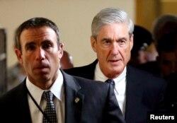 El fiscal especial Robert Mueller (R) se retira después de informar a los miembros del Senado estadounidense sobre su investigación de una posible colusión entre Rusia y la campaña Trump en el Capitolio en Washington D.C. 21 de junio de 2017.