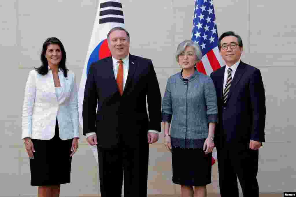 عکس یادگاری مایک پمپئو وزیر خارجه آمریکا با مقامات کره جنوبی و نیکی هیلی سفیر آمریکا در سازمان ملل در نیویورک