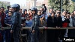 人们聚集在开罗南郊赫勒万的科普特教堂袭击现场附近。(2017年12月29日)