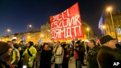Марш в Будапеште против визита российского лидера.