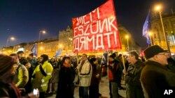 Thành viên tổ chức Human Platform của Hungary biểu tình phản đối chuyến đến thăm Hungary của Tổng thống Nga Vladimir Putin, 16/2/15